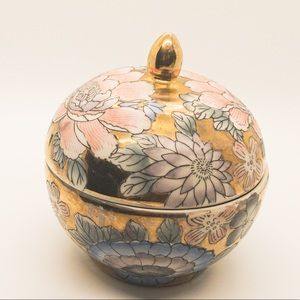 Chinoiserie style, vintage ginger jar with lid